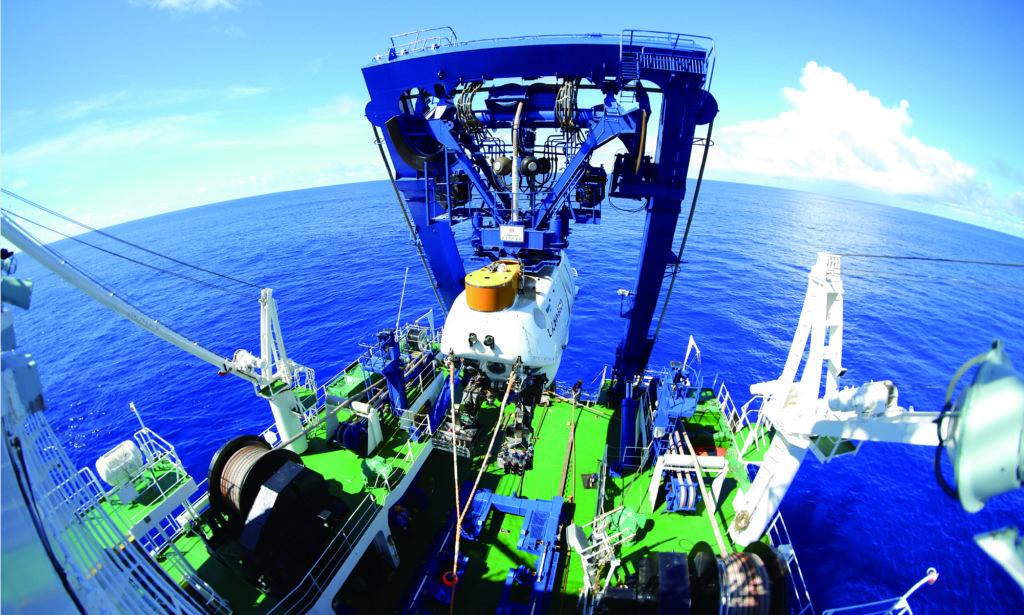 南鳥島周辺海域における航海調査の様子
